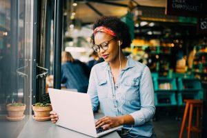 Mulher 25 anos aprendendo educação financeira